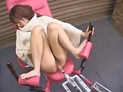 Sexy Asian babe spreads her legs and a fucking machine drills her cunt