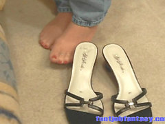 Daisy gives a footjob while wearing Jeans and pantyhose